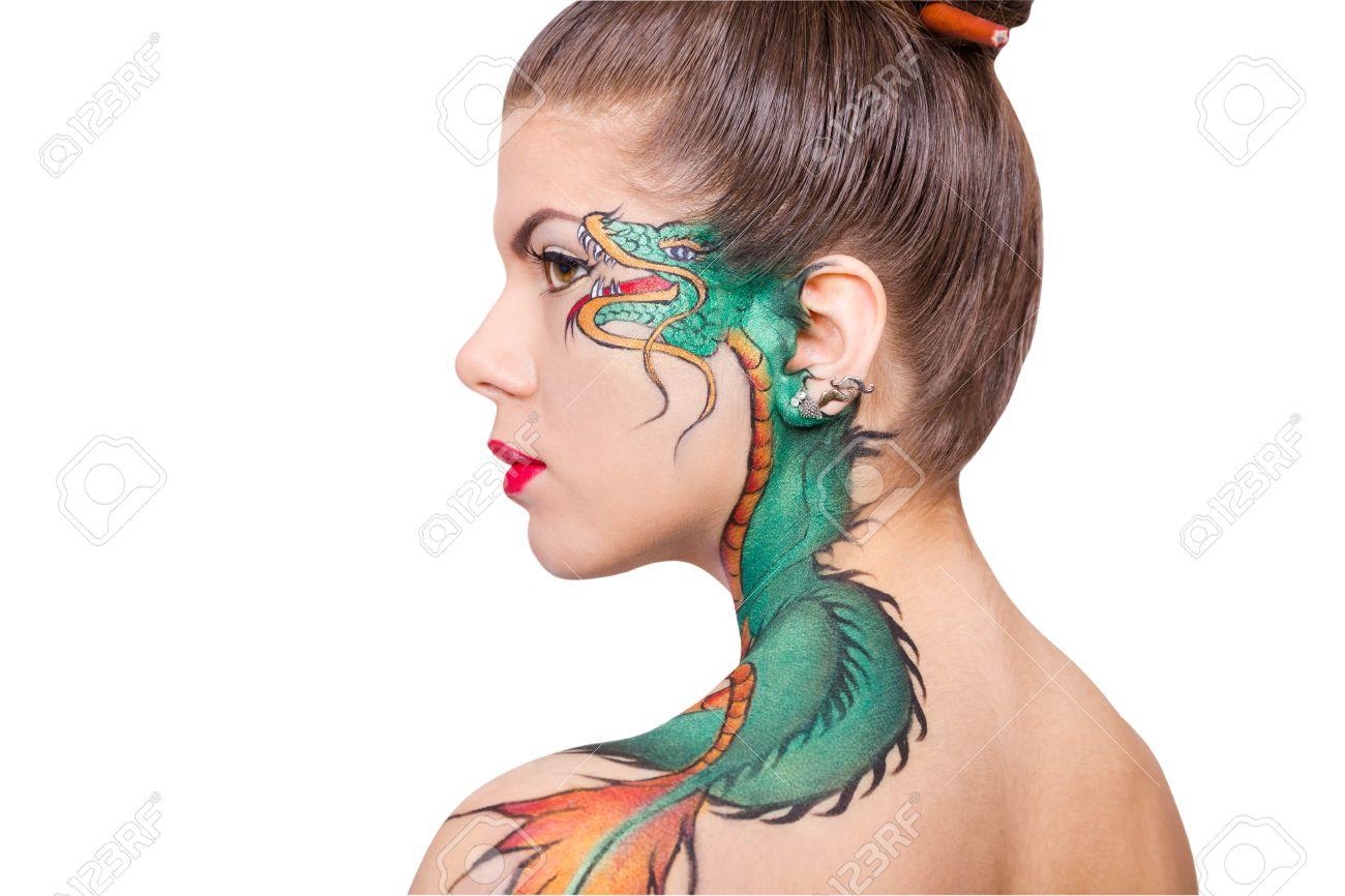 La Femme Avec Le Tatouage De Dragon Dessine Sur Son Epaule Isole Sur Fond Blanc Banque D Images Et Photos Libres De Droits Image 39063845