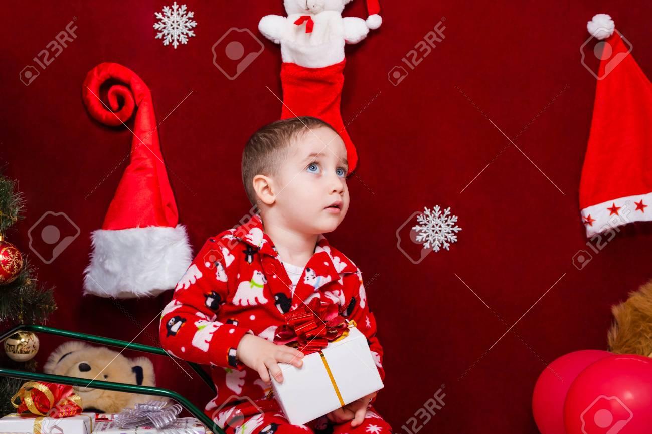 Reizendes Kind Mit Einem Weihnachtsgeschenk In Den Händen ...