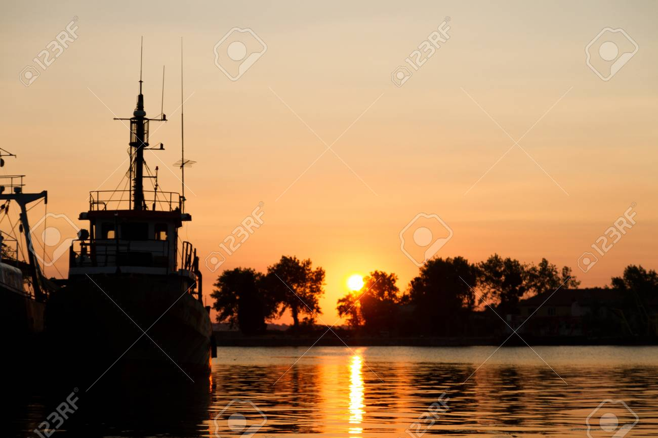 Fishing boat is ready to leave for a day of fishing - 21050008