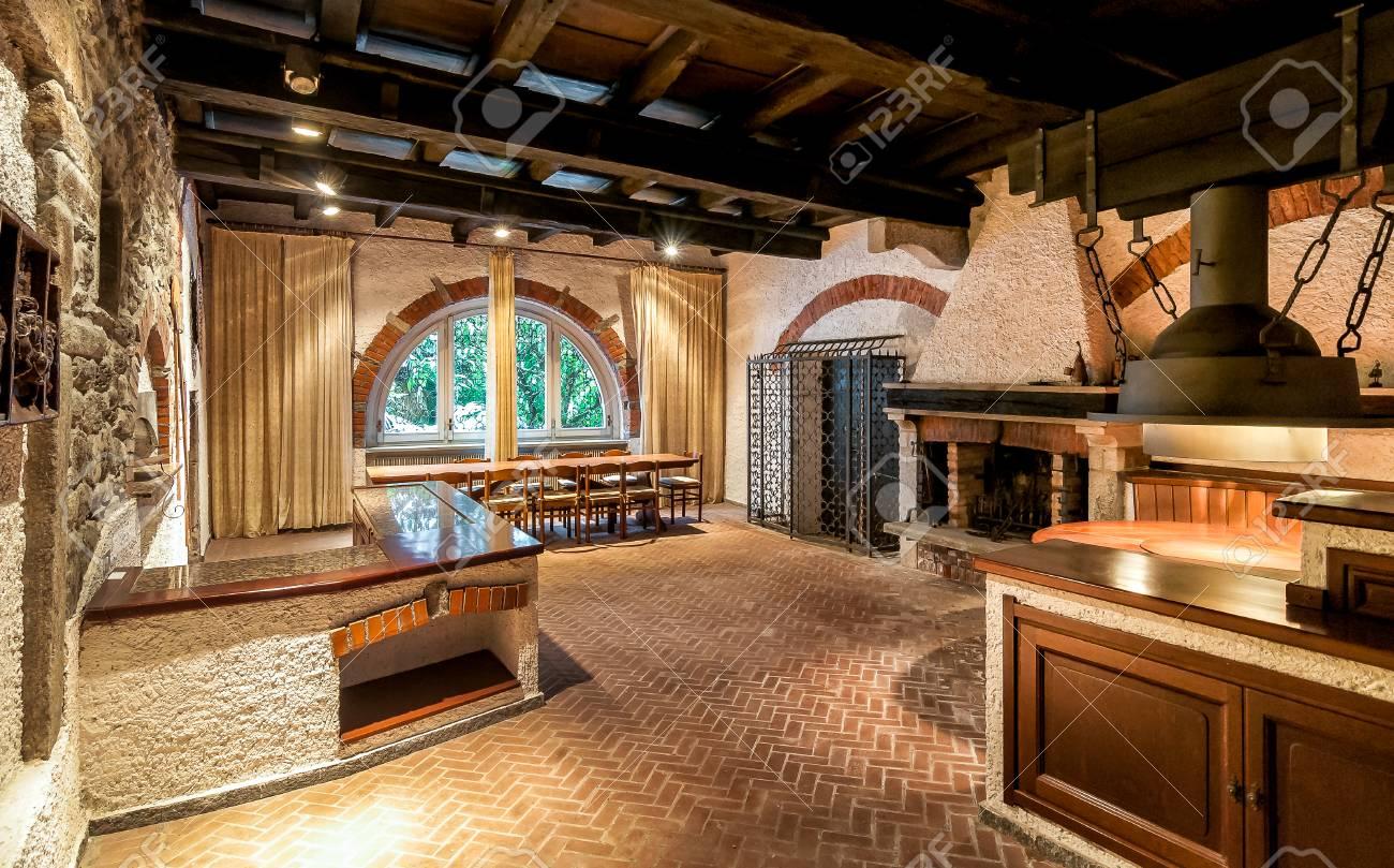 Interieur D Une Ancienne Taverne Avec Cheminee Rustique En Briques
