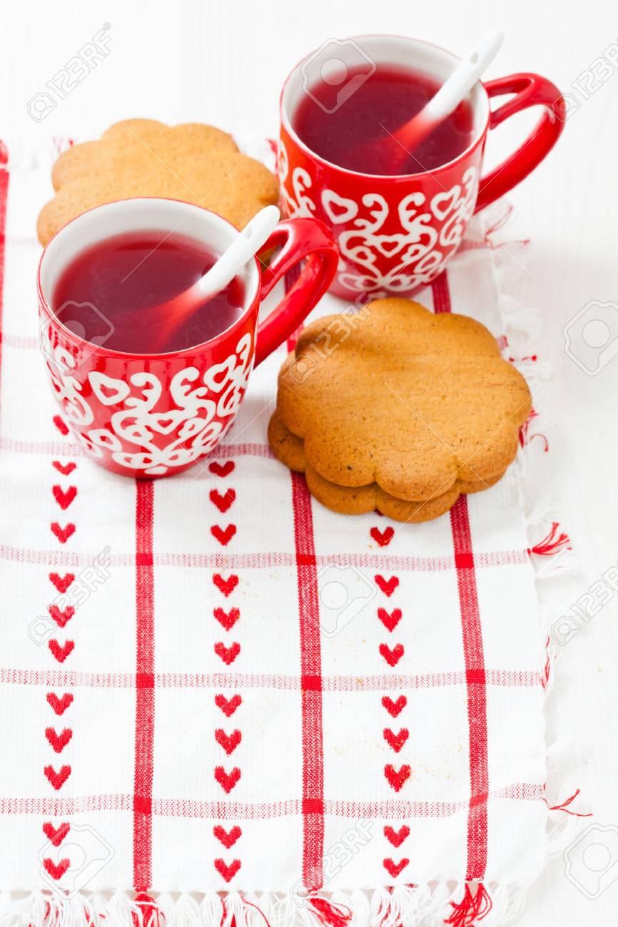 Weihnachten Glühwein In Zwei Kleinen Roten Becher Und Lebkuchen Ruht ...
