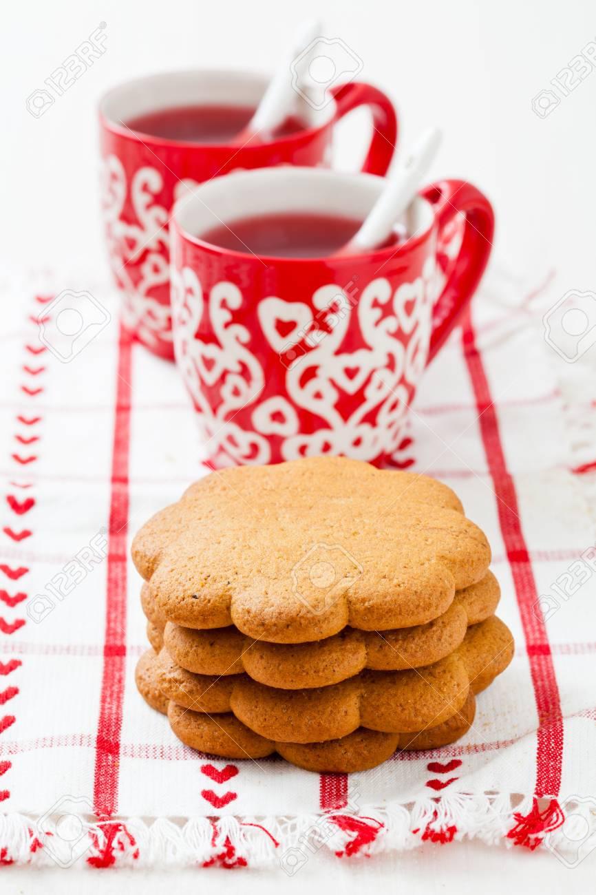 Lebkuchen Und Zwei Kleine Tassen Weihnachten Glühwein Ruht Auf ...