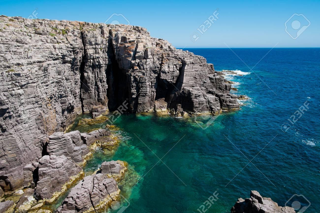 Mezzaluna acantilados en la isla de san pietro cerdea italia mezzaluna acantilados en la isla de san pietro cerdea italia foto de archivo sciox Gallery
