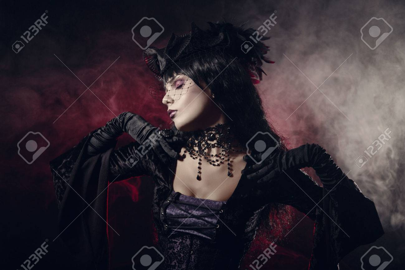 Romantique Fille Gothique Dans Des Vêtements De Style Victorien Tourné Sur Fond Fumé Banque D Images Et Photos Libres De Droits Image 23571165