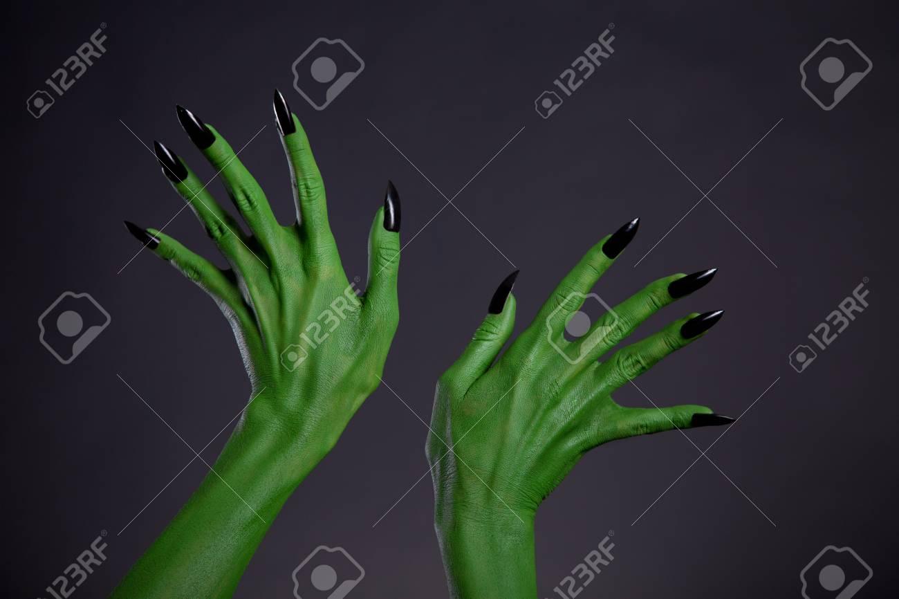 Monstruo Verde Manos Con Las Uñas Negras, Tema De Halloween, Foto De ...