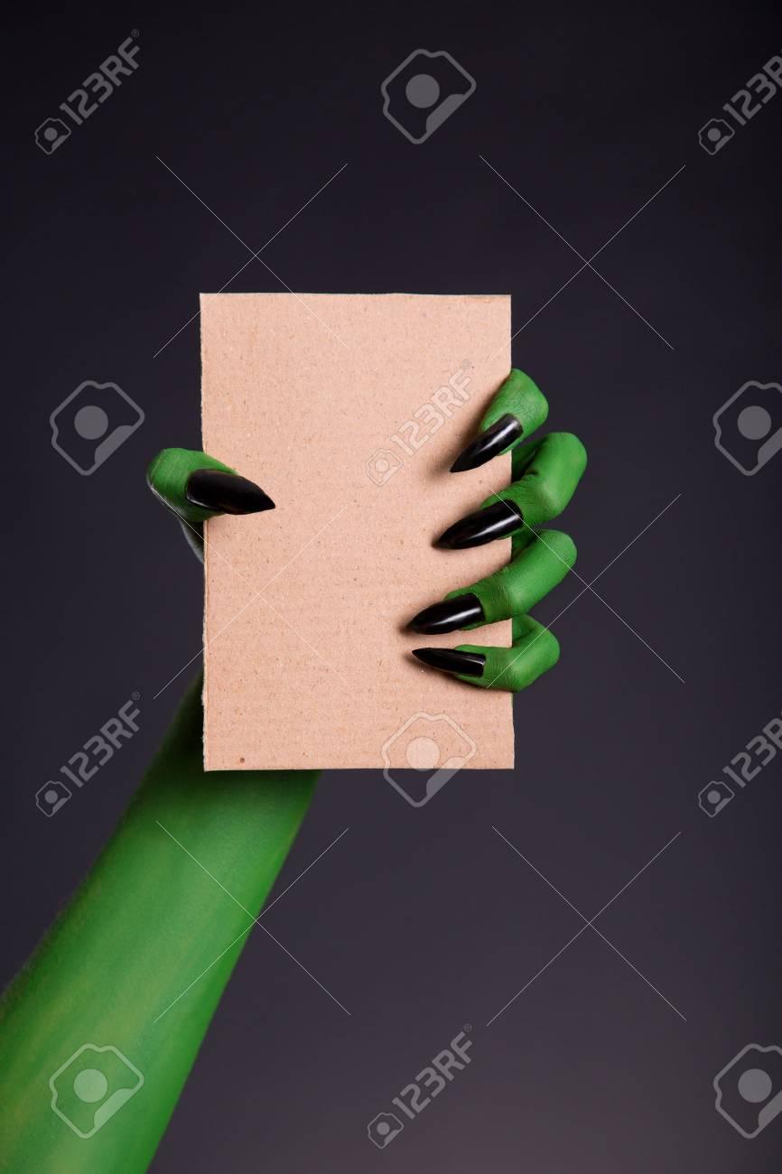 Mano Verde Monstruo Con Uñas Negras Que Sostienen Hoja En Blanco De Cartón Tema De Halloween