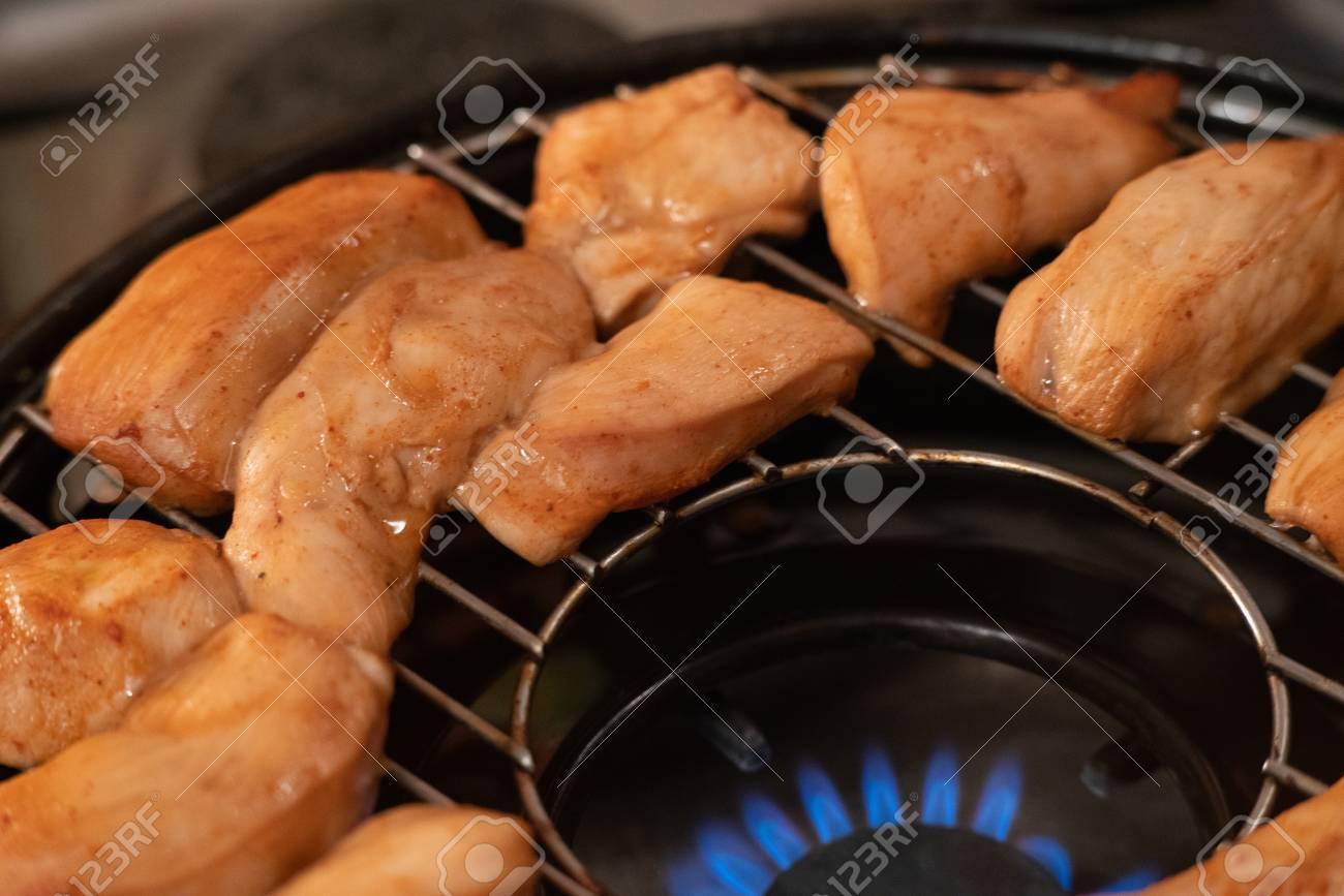 Chicken Gasgrill : Grilled chicken on gas grill selective focus lizenzfreie fotos