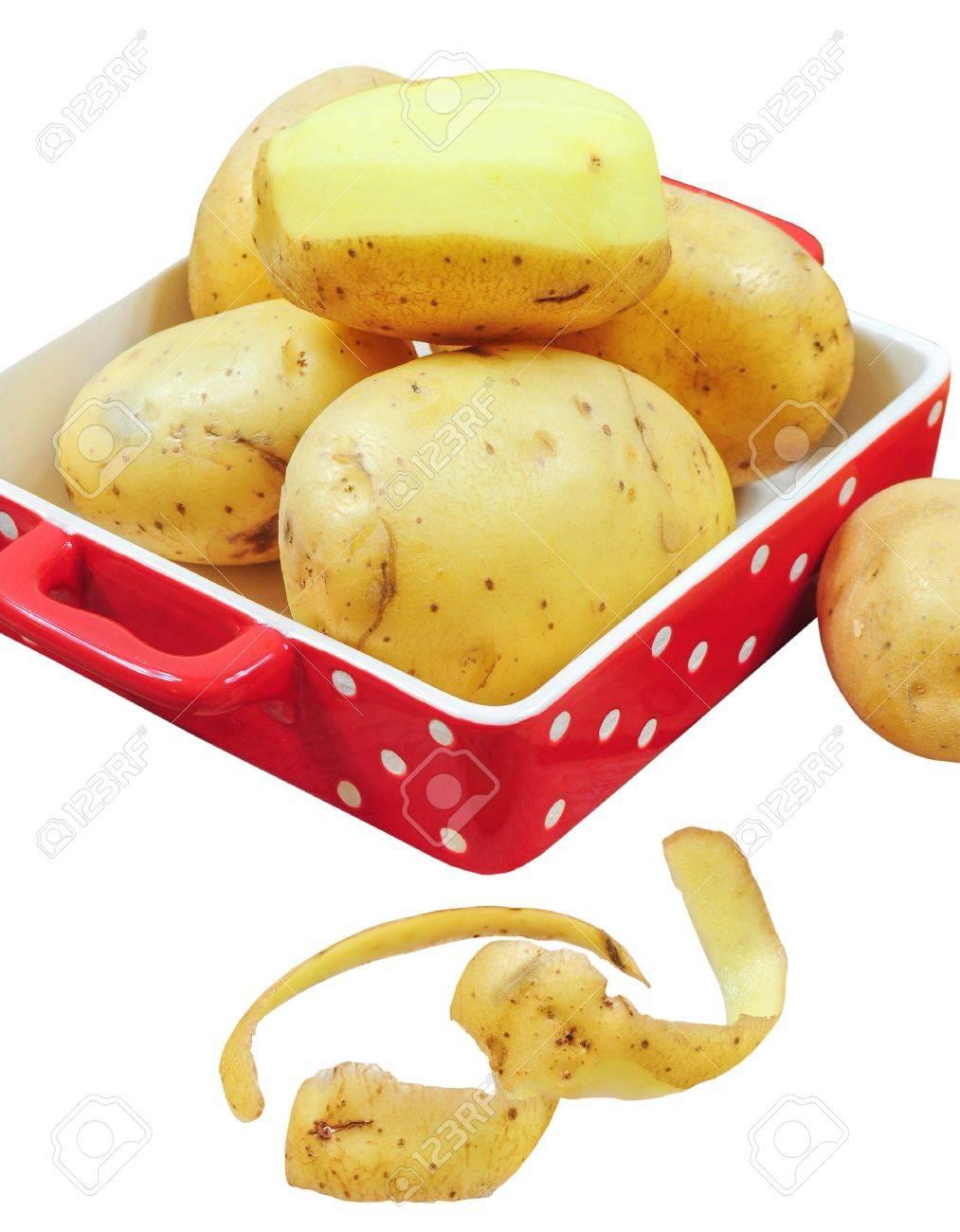 Rohe Kartoffeln In Roter Schale Und Kartoffelschalen Auf Weiß