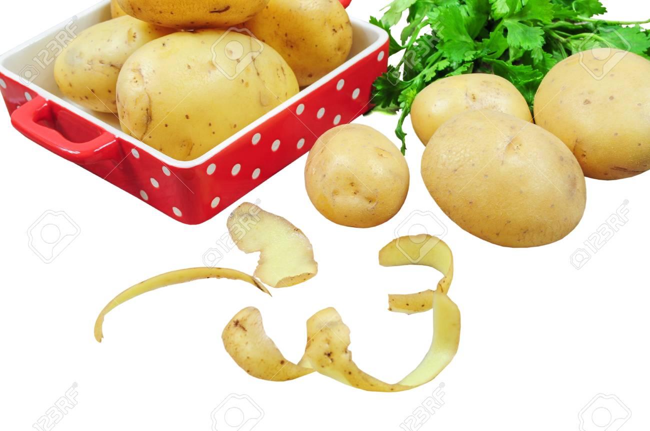Rohe Kartoffeln In Roter Schale Und Kartoffelschalen Isoliert Auf