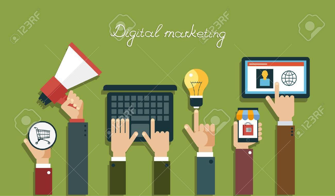 Digitale Marketing-Konzept. Menschliche Hand, die mit einem Megaphon, Laptop, Mobile, Tablet, Glühbirne, Körbe Standard-Bild - 46515314