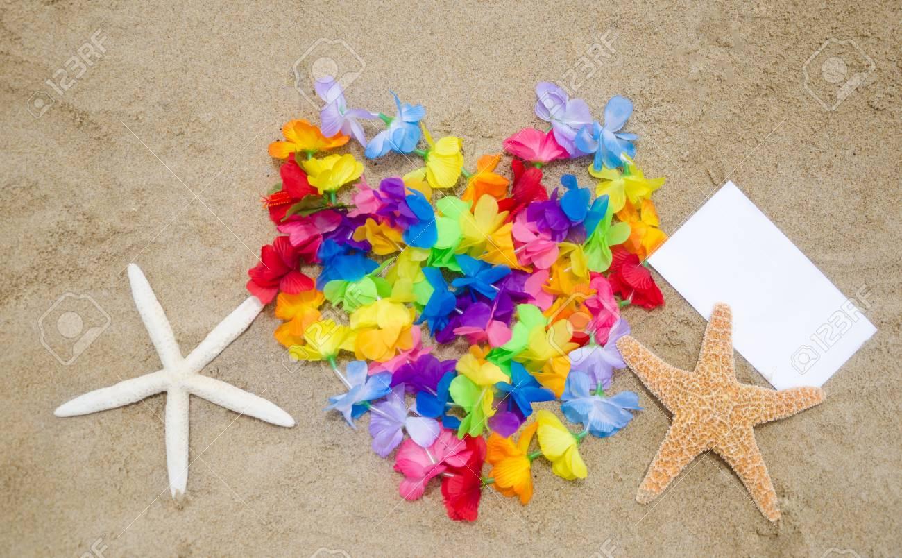En Forme De Coeur Des Fleurs Hawaïennes Deux étoiles De Mer Et Un