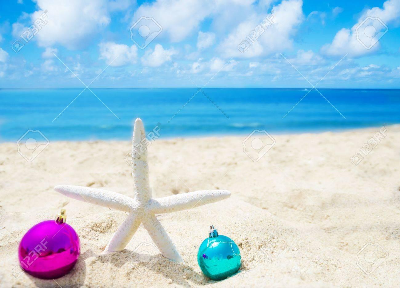 21395522-Starfish-avec-des-boules-de-No-l-sur-la-plage-de-sable-dans-le-concept-de-jour-f-ri-ensoleill--Banque-d'images