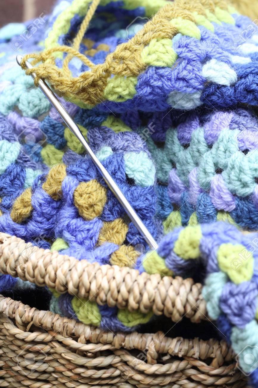 Häkeln, Häkeln Sie Ein Afghanischer Decke In Den Farben Blau Und ...