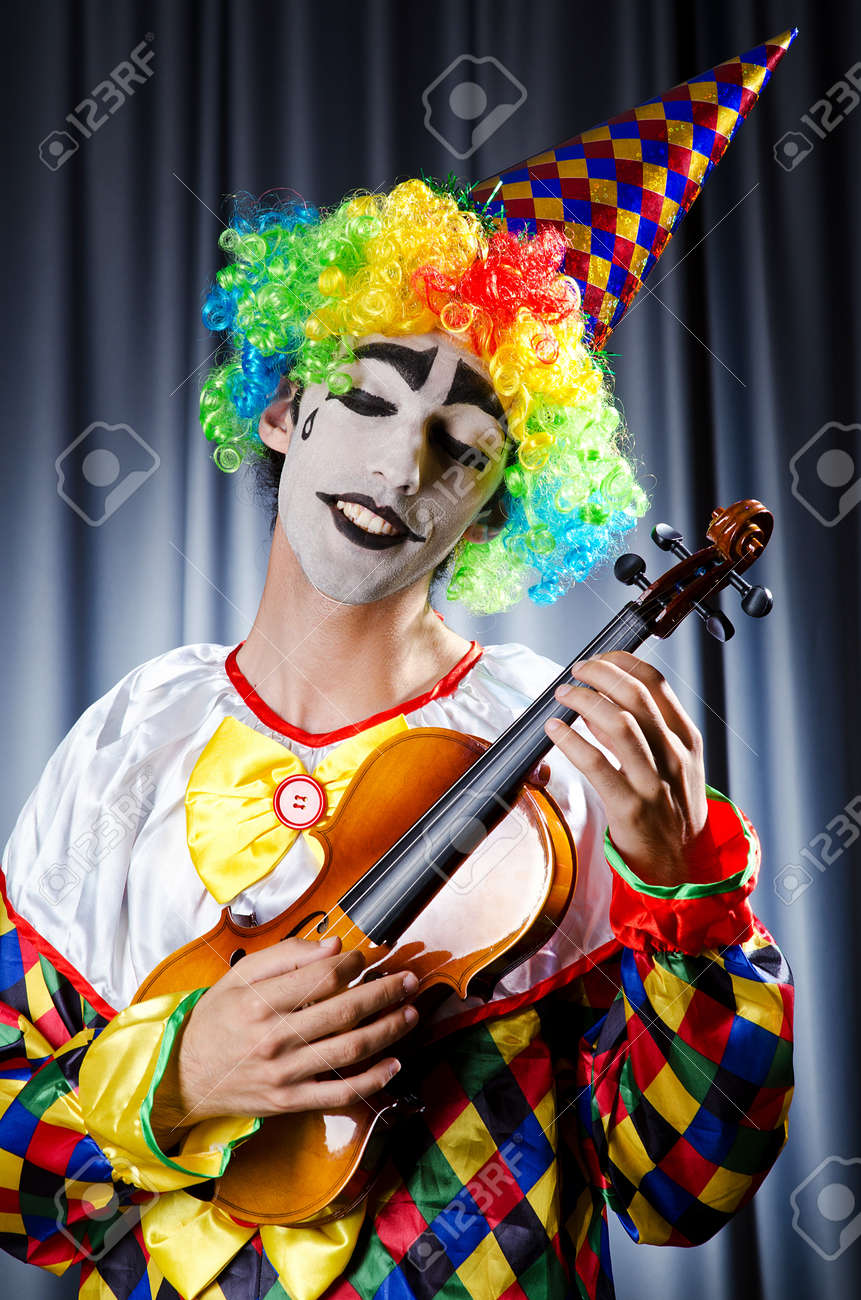 Clown playing on the violin Stock Photo - 14703792