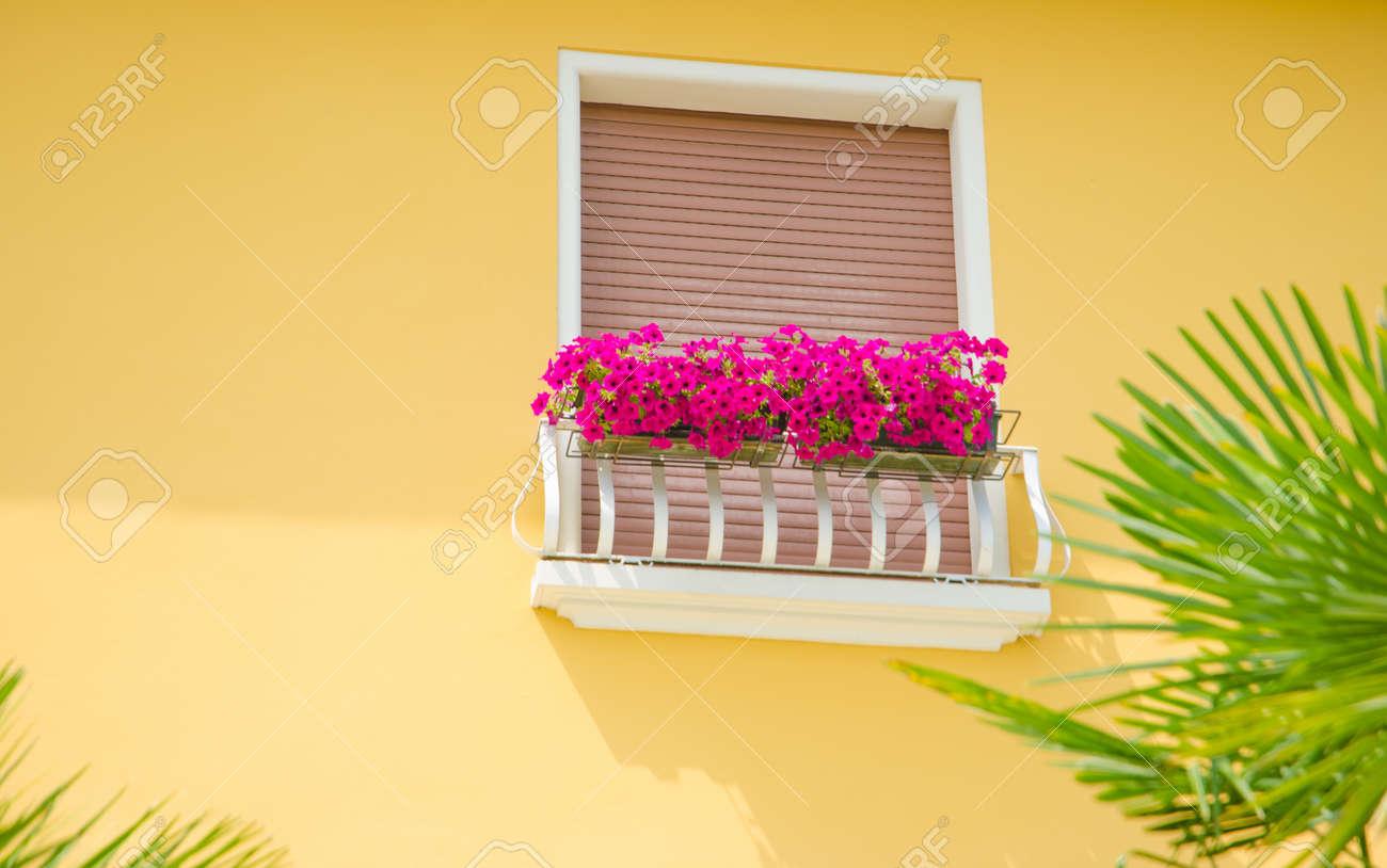 Schoner Balkon Mit Frischen Blumen Lizenzfreie Fotos Bilder Und