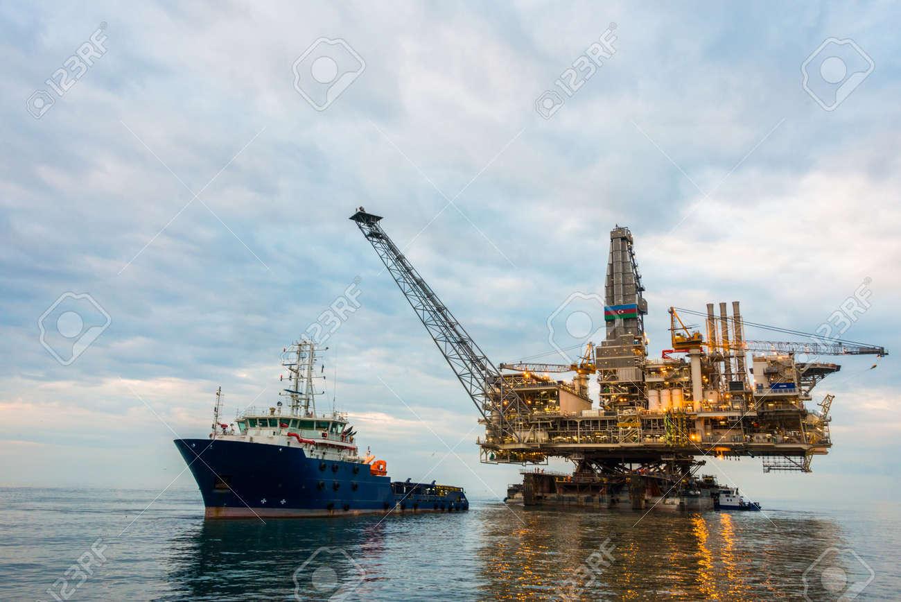 Oil rig platform in the calm sea Stock Photo - 32122283