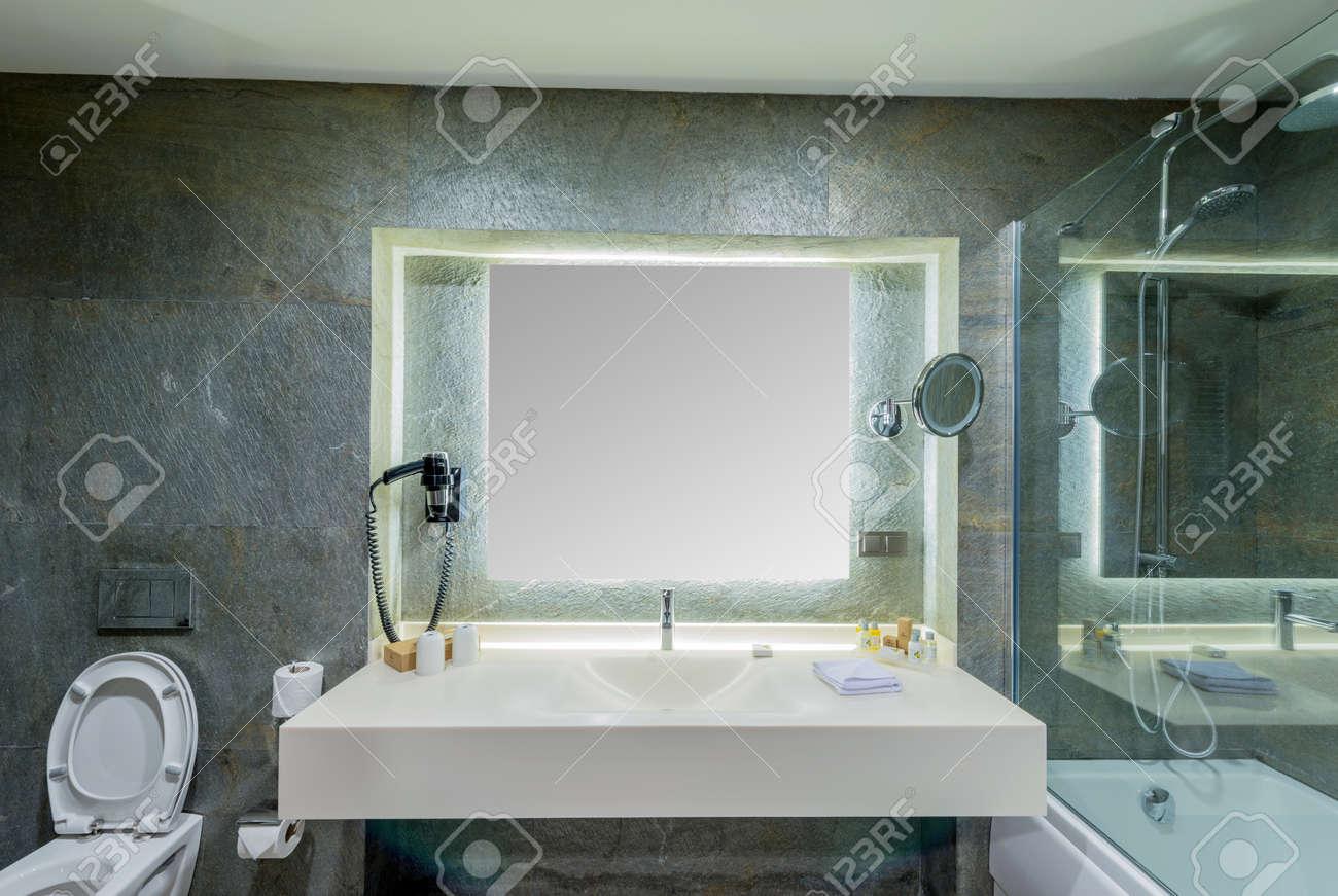 Moderno Lavandino Elegante In Bagno Foto Royalty Free, Immagini ...