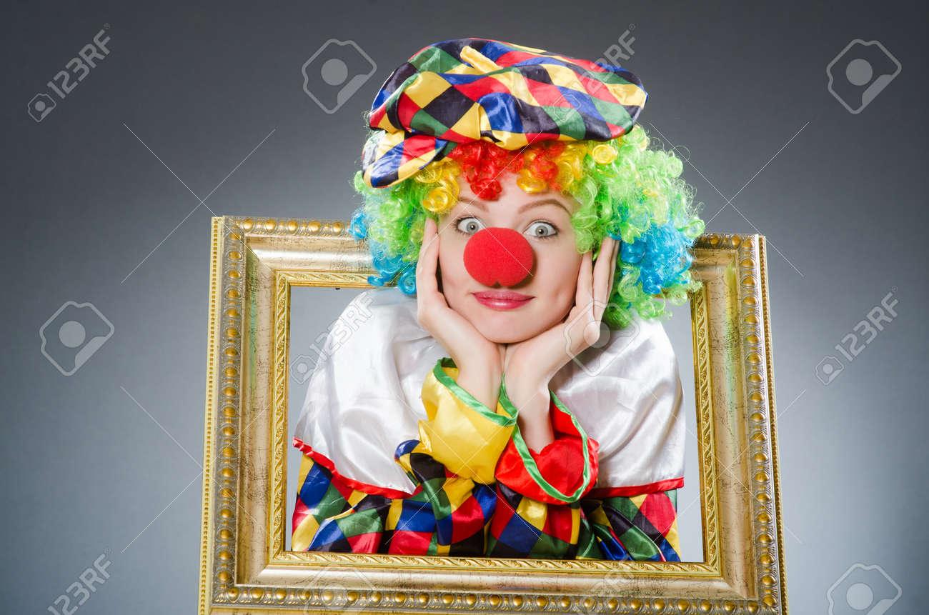 Clown Mit Bilderrahmen In Lustiges Konzept Lizenzfreie Fotos, Bilder ...