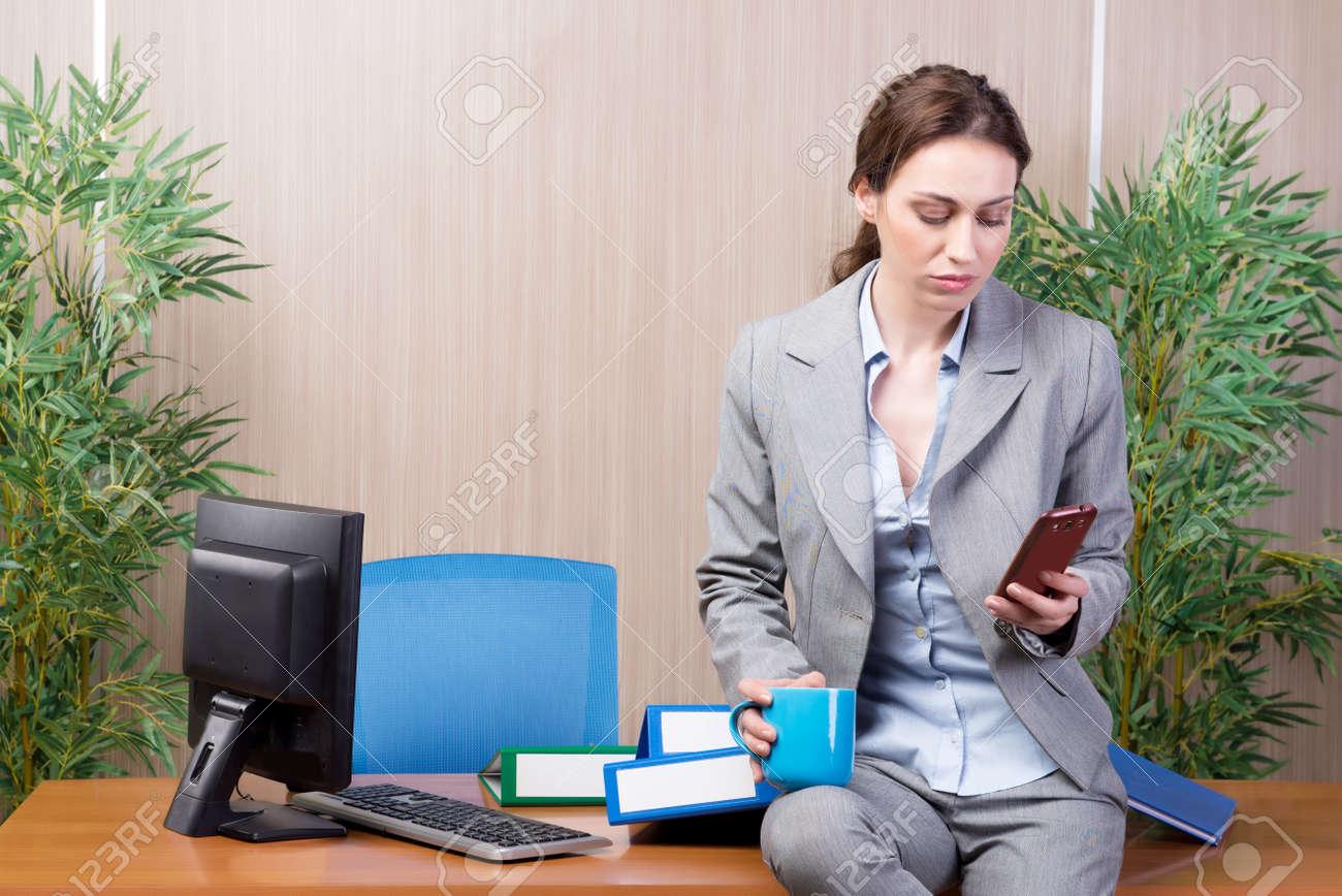 Femme sous le stress travaillant dans le bureau banque d images et