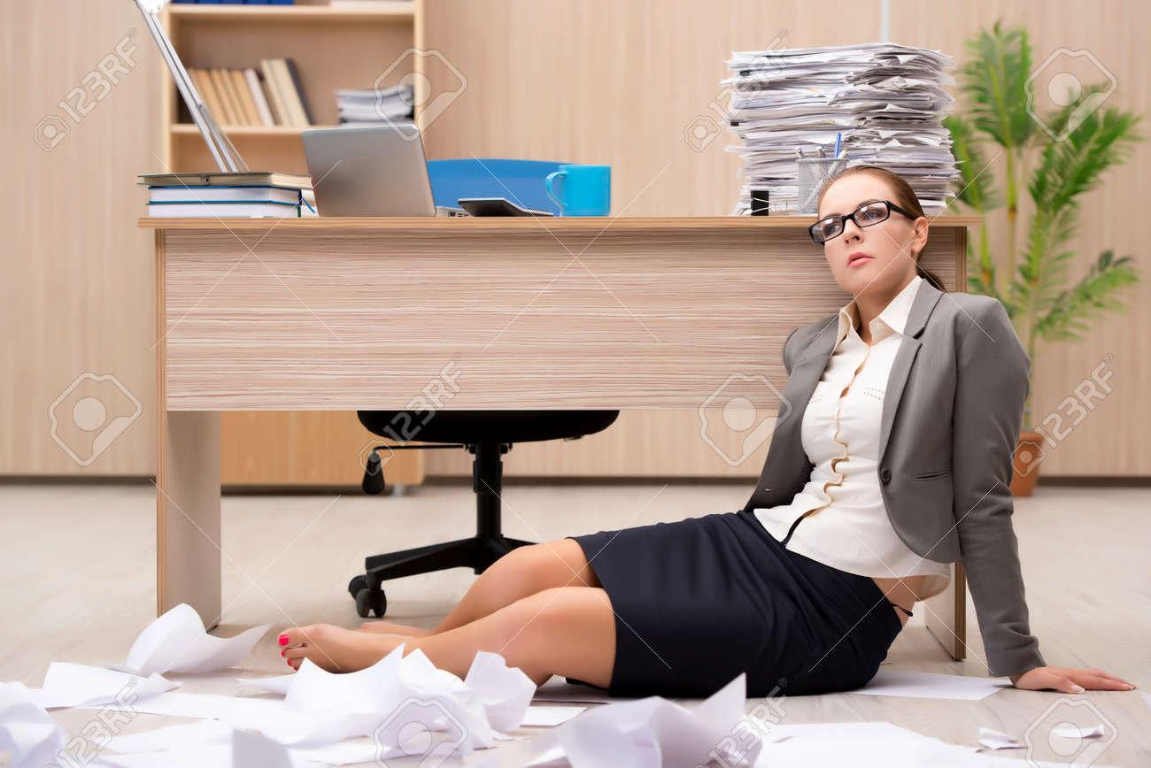 Affaires sous le stress de trop de travail dans le bureau banque d