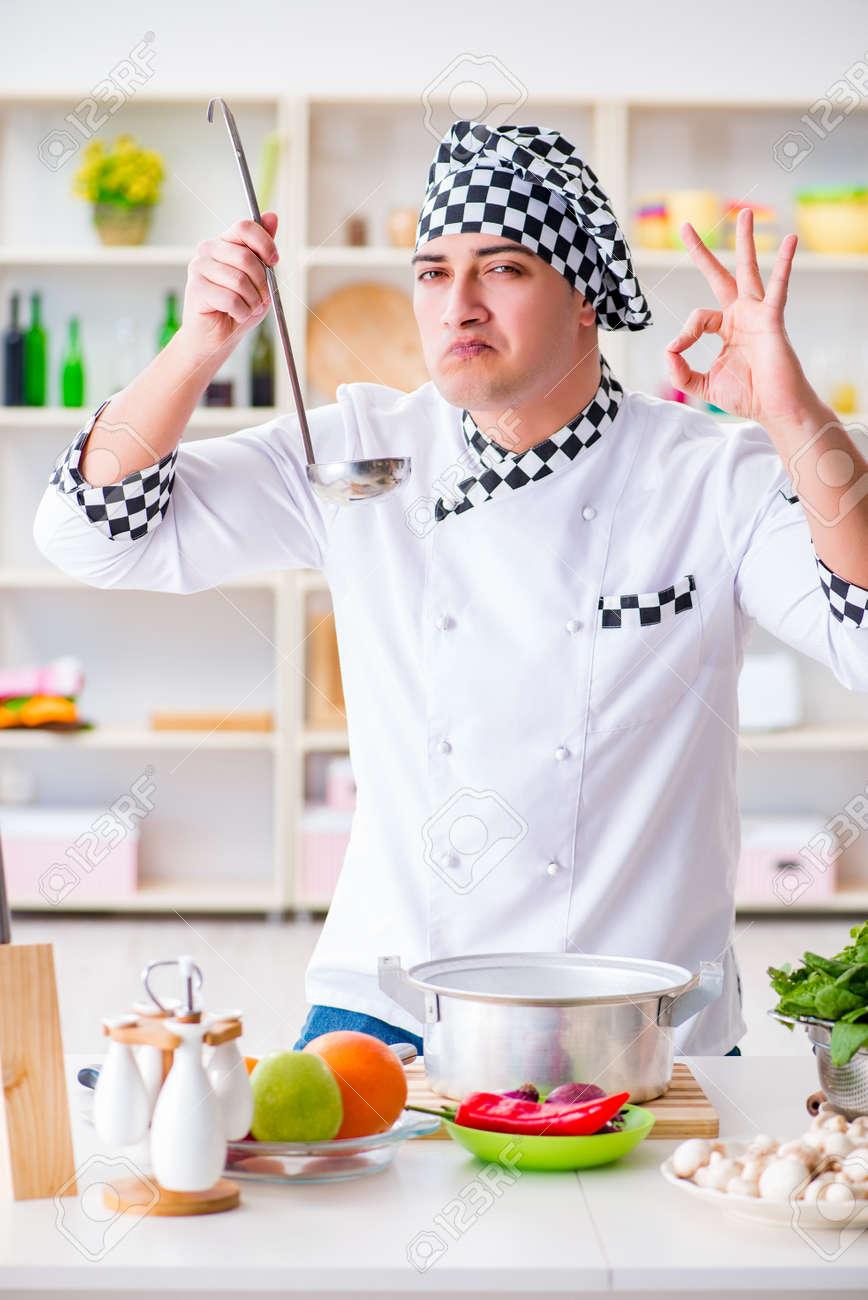 Koch In Der Küche   Junge Mannliche Koch Arbeiten In Der Kuche Lizenzfreie Fotos Bilder