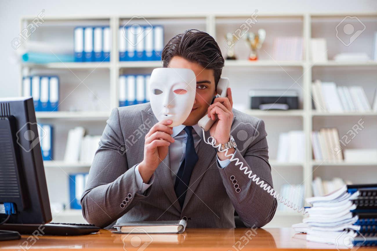 Geschaftsmann Mit Maske Im Buro Heuchelei Konzept Lizenzfreie Fotos Bilder Und Stock Fotografie Image 80504710