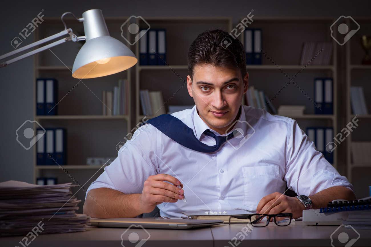 Homme d affaires en retard dans le bureau pour les médicaments