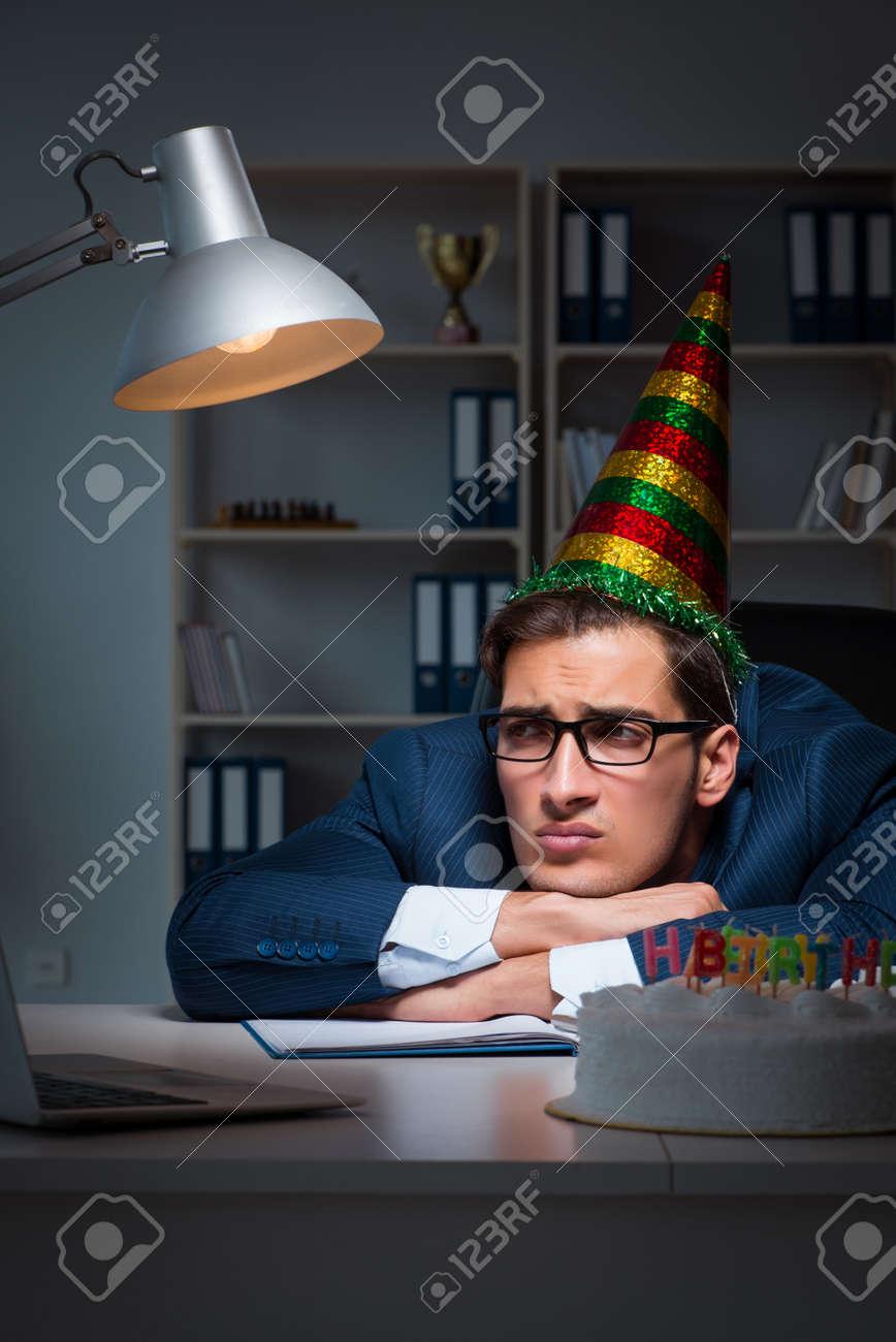 Hombre Que Celebra El Cumpleanos En La Oficina Fotos Retratos