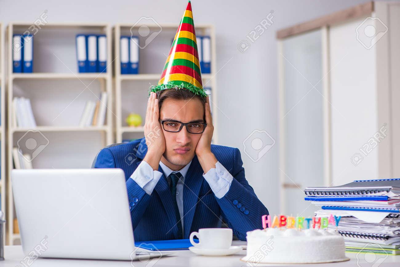 Hombre Celebrando Cumpleanos En La Oficina Fotos Retratos Imagenes