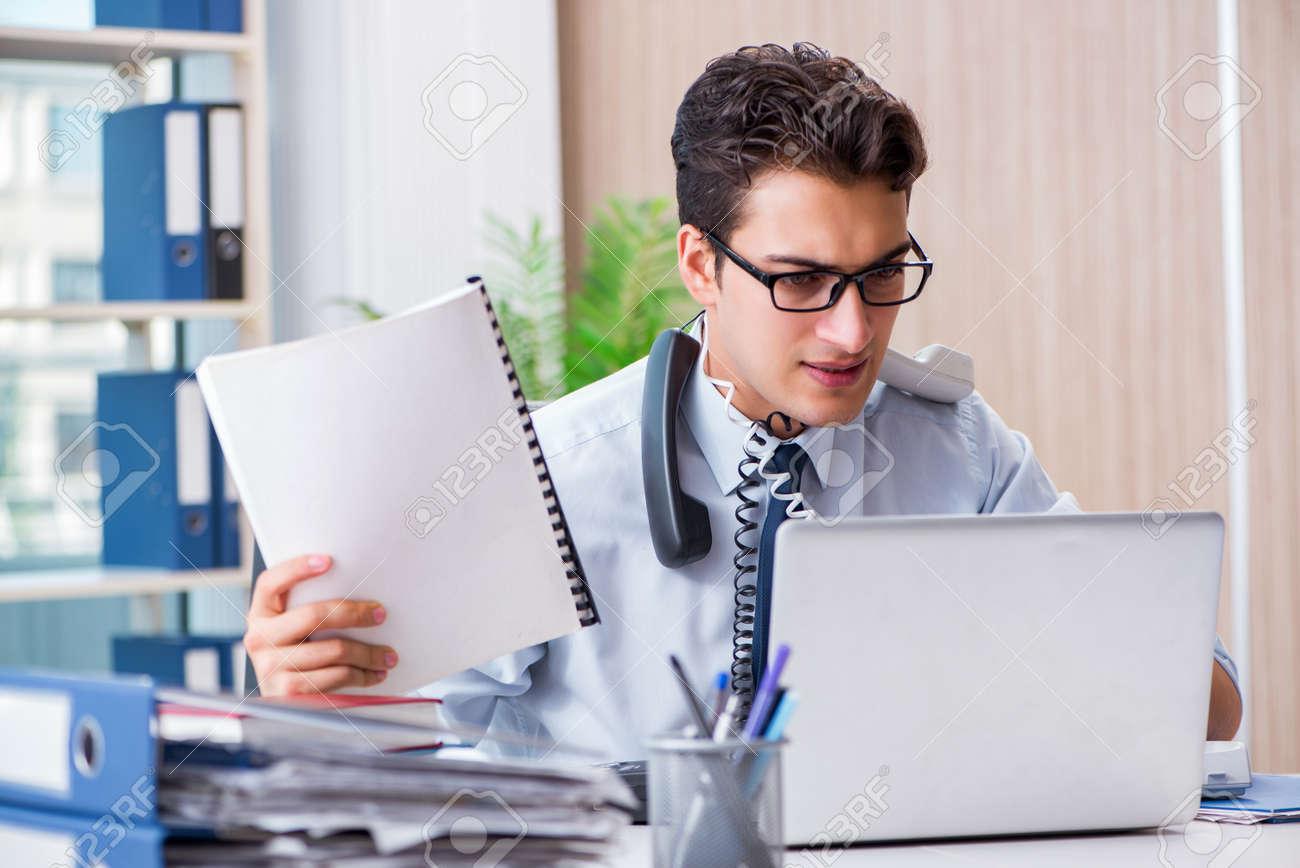 Jeune homme d affaires sous la pression dans le bureau pour livrer