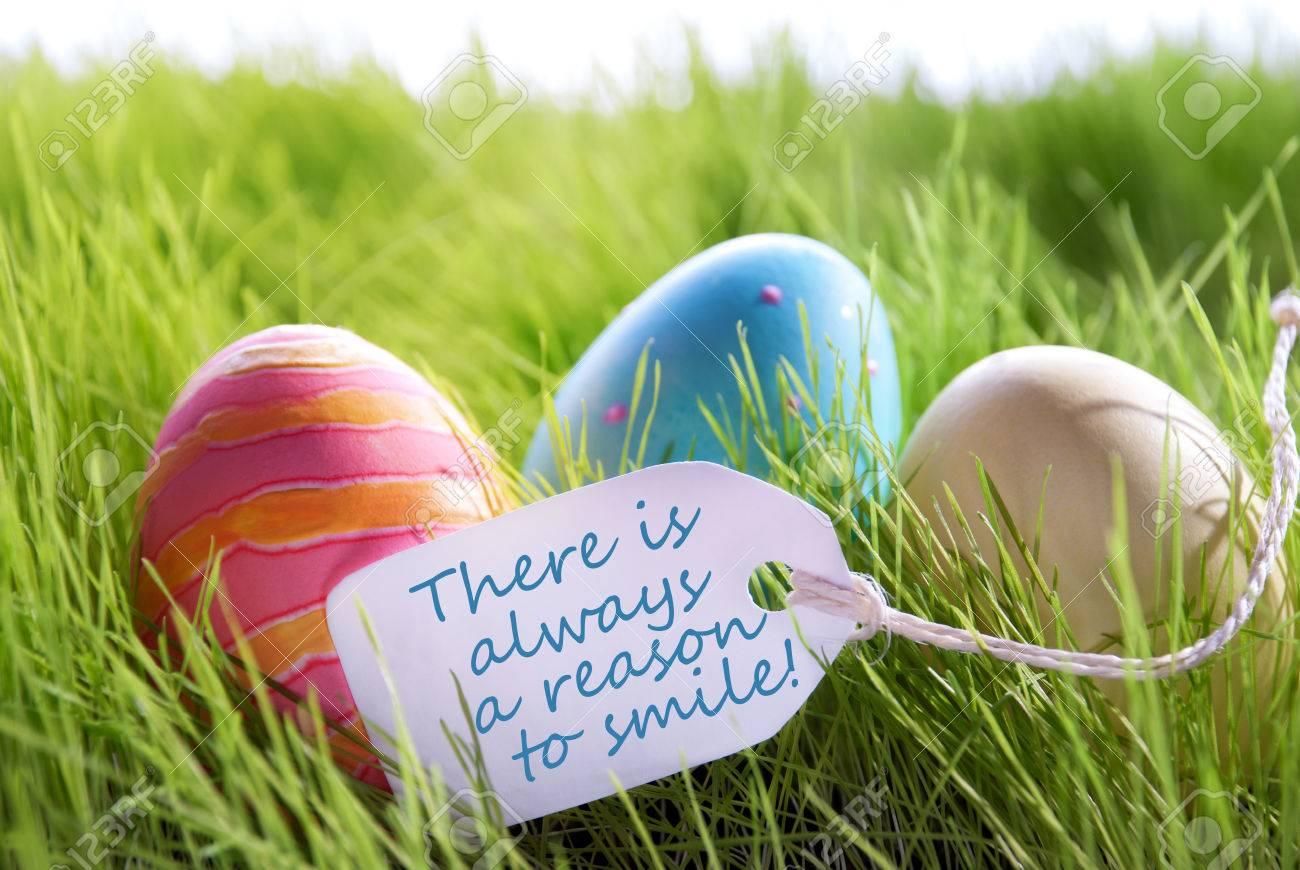 Colorful Pasqua Background Con Tre Uova Di Pasqua E Letichetta Con Linglese Vita Citazione Cè Sempre Un Motivo Per Sorridere Green Grass Per Auguri