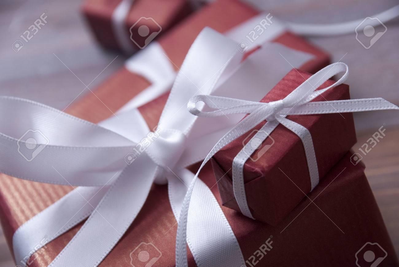 Los Regalos De Navidad Rojo, Presentes Con La Cinta Blanca Como ...