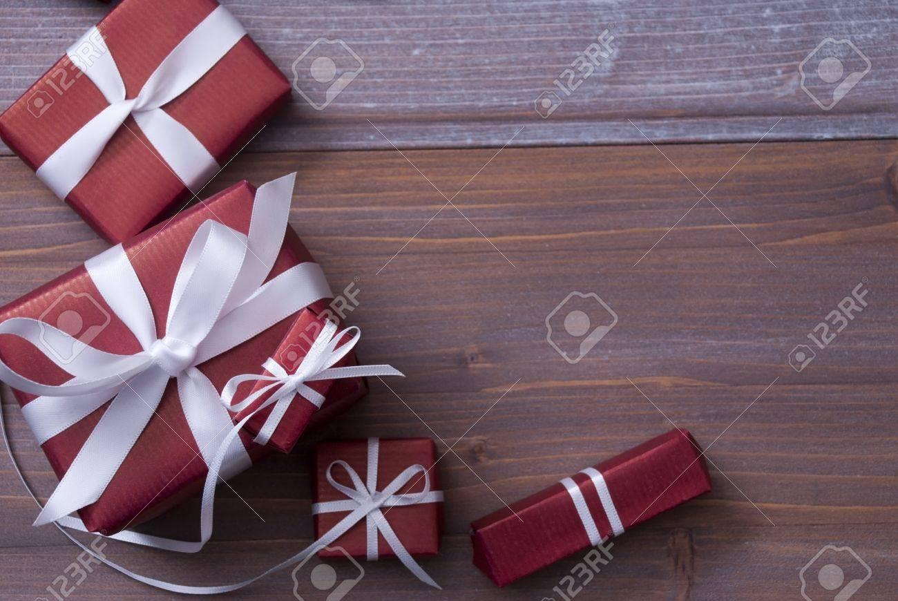 Regalos Rojos De La Navidad, Se Presenta Con Cinta Blanca Como ...