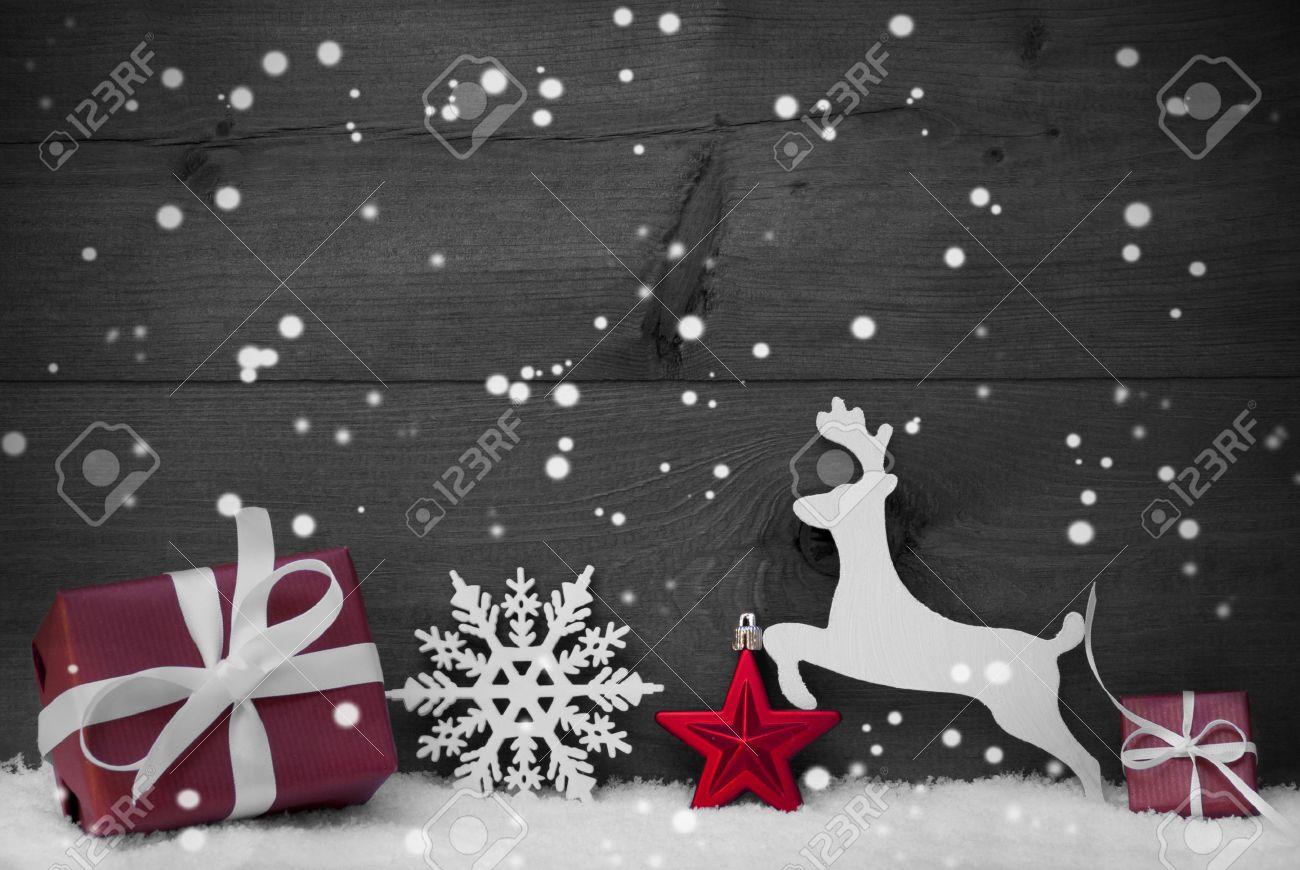 Tarjeta De Navidad Con Rojo Festivo Decoración En Blanco Nieve Regalo Presente Reno La Bola De Navidad Copos De Nieve Brown Rústico Fondo De