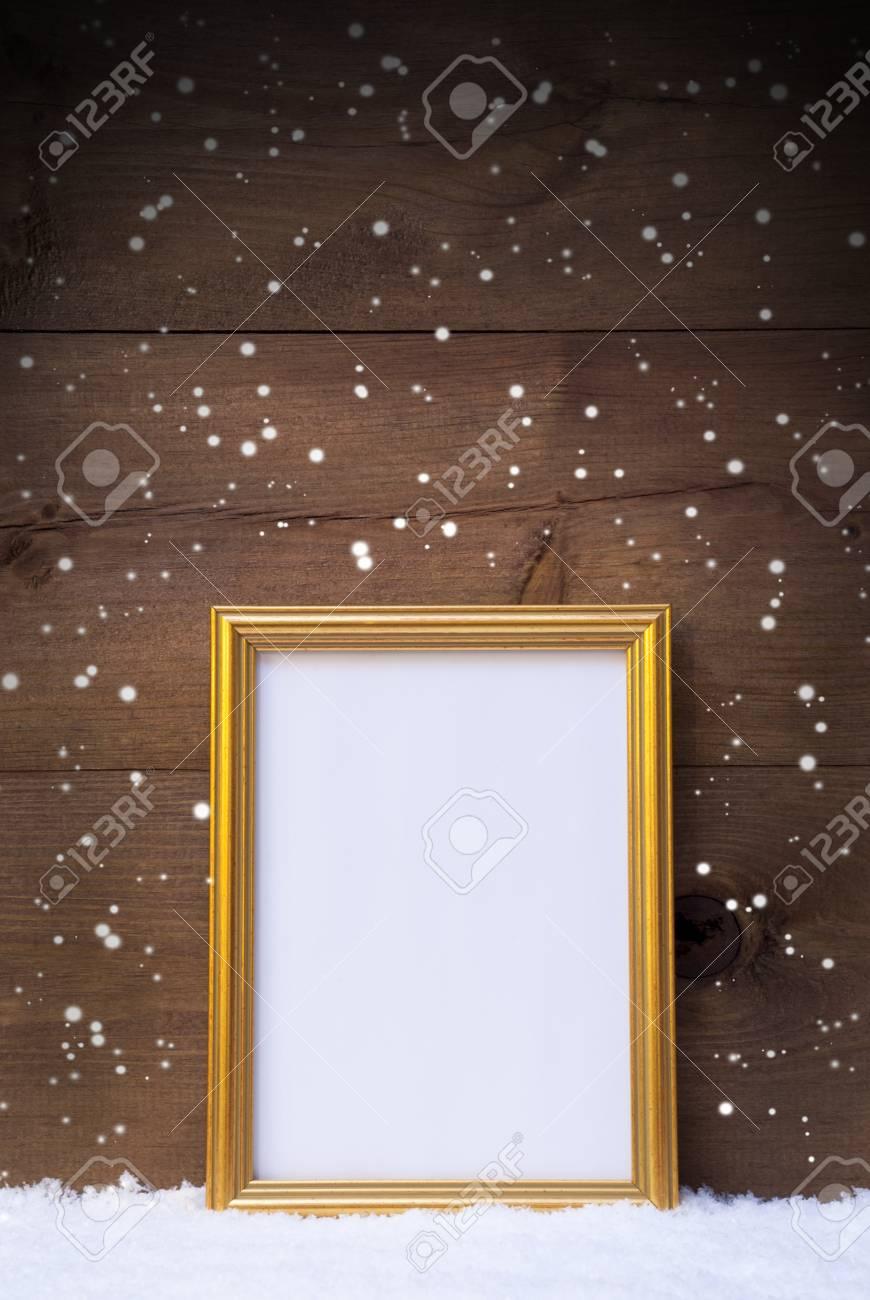 Eine Vertikale Goldene Retro-Bilderrahmen Auf Schnee ...