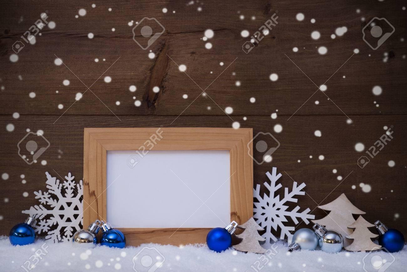 Decoración Azul De La Navidad En La Nieve Blanca Bolas De árbol De Navidad Copos De Nieve Y árbol De Navidad Marco Con El Espacio De La Copia Para