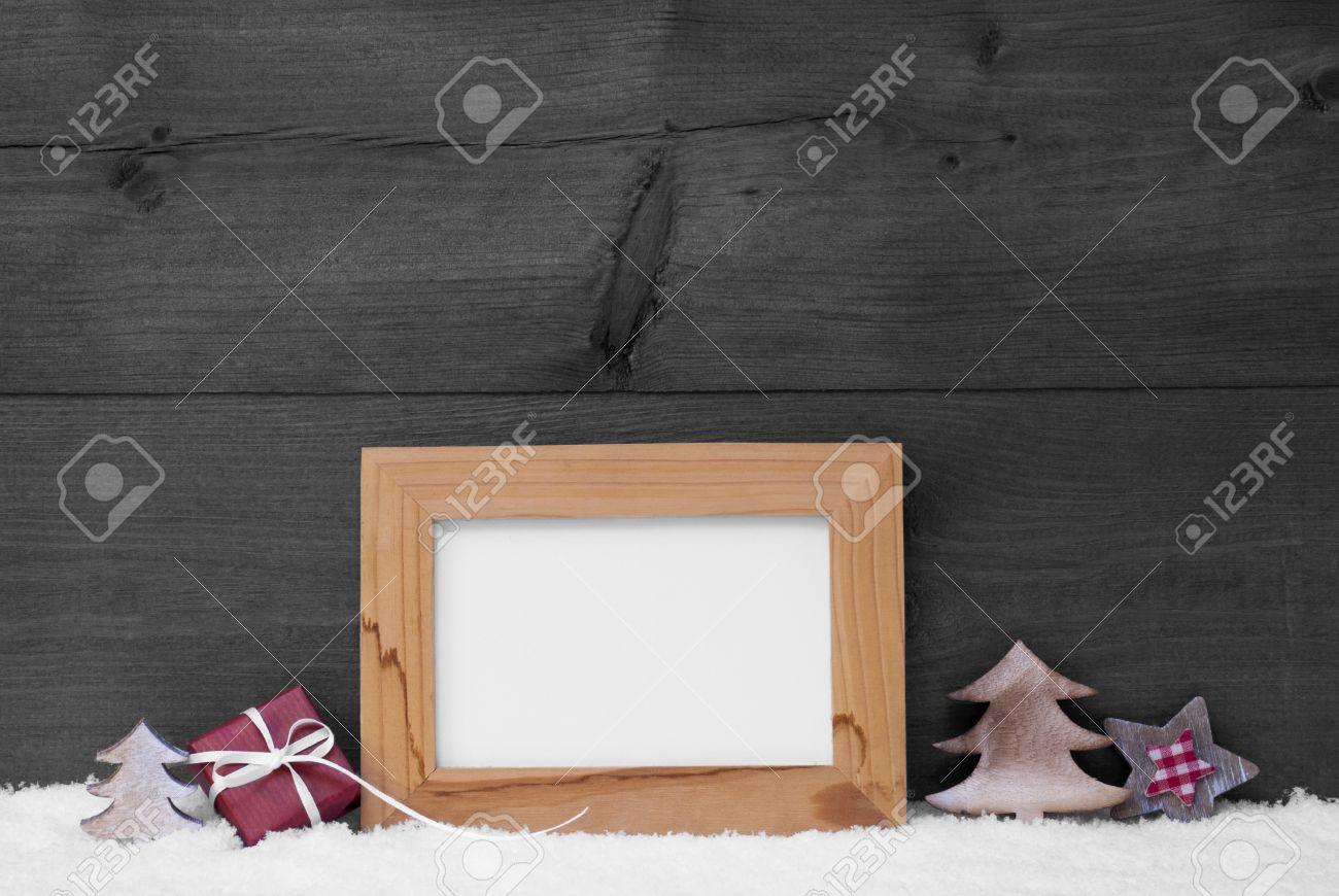 Graue Weihnachtskarte Mit Bilderrahmen Auf Weißem Schnee. Kopieren ...