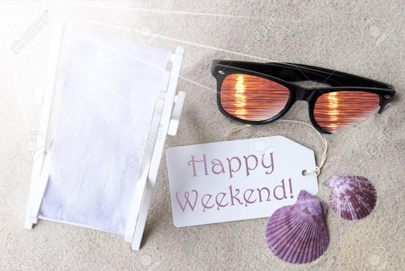 db7512c3d9f35a ... avec l anglais texte Happy Weekend. Flat Lay View. Décoration d été  avec Transat, Coquillages et lunettes de soleil. Salutation Crad Avec Sable  Contexte