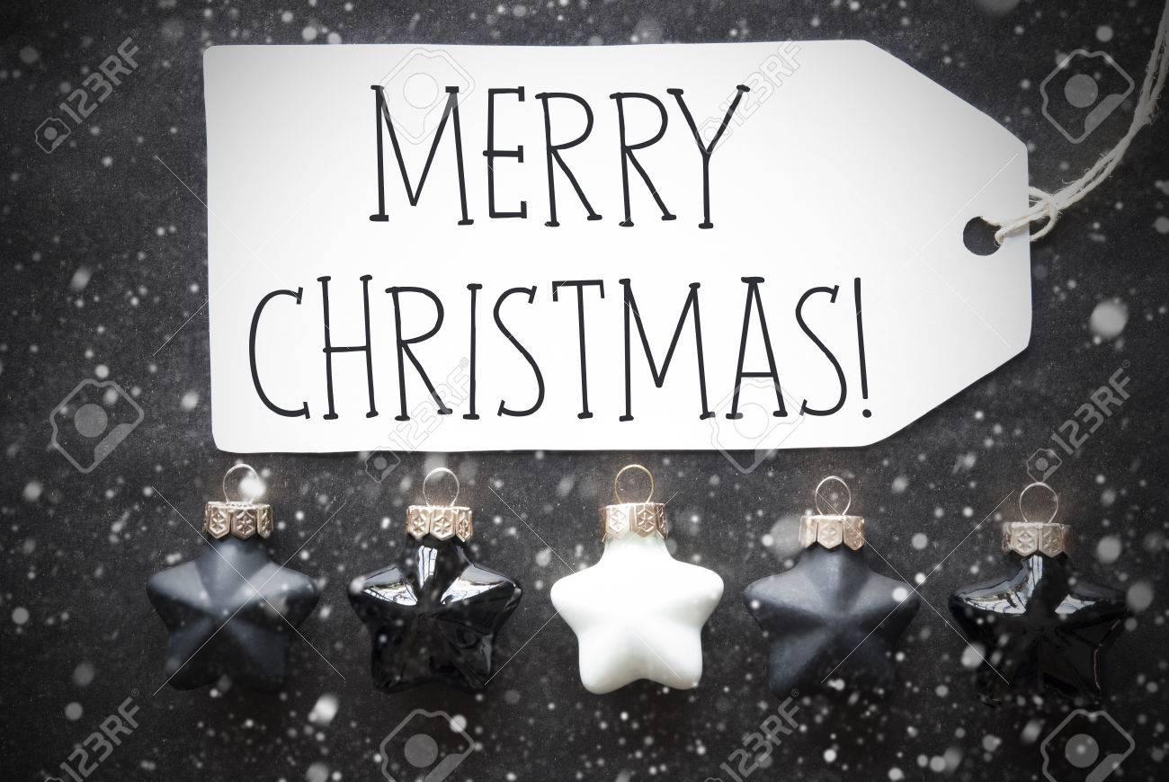 Label With English Text Joyeux Noël Boules De Sapin De Noël Noir Et Blanc Sur Fond De Papier Noir Avec Des Flocons De Neige Décoration De Noël Ou