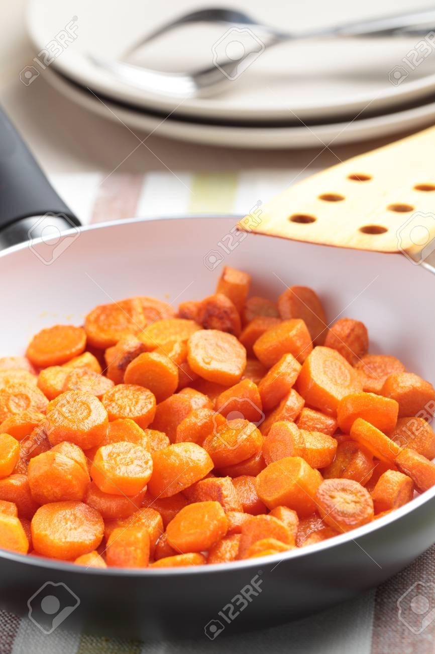 Zanahoria Vichy En Una Sarten Fotos Retratos Imagenes Y Fotografia De Archivo Libres De Derecho Image 12398785 Cómo hacer zanahorias a la vichy. zanahoria vichy en una sarten