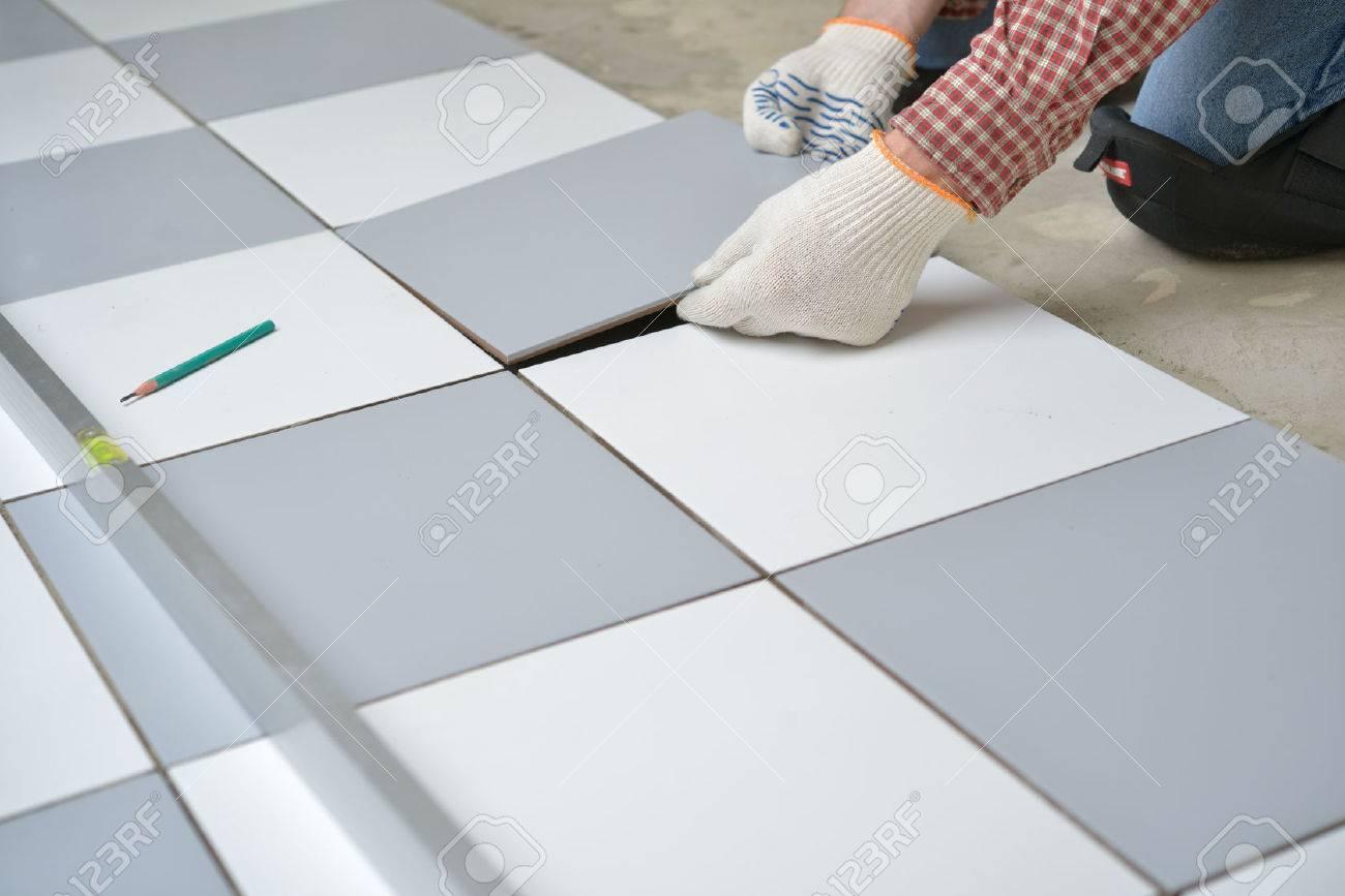 Carreleur Installer Les Carreaux De Céramique Sur Un Plancher Banque ...