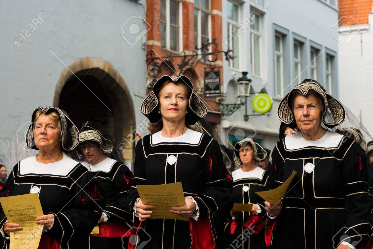 BRUGGE, BELGIUM - 9 MAY 2013: Procession of the Holy Blood in Bruges. Nuns singing. 9 of May, 2013 Stock Photo - 21294171