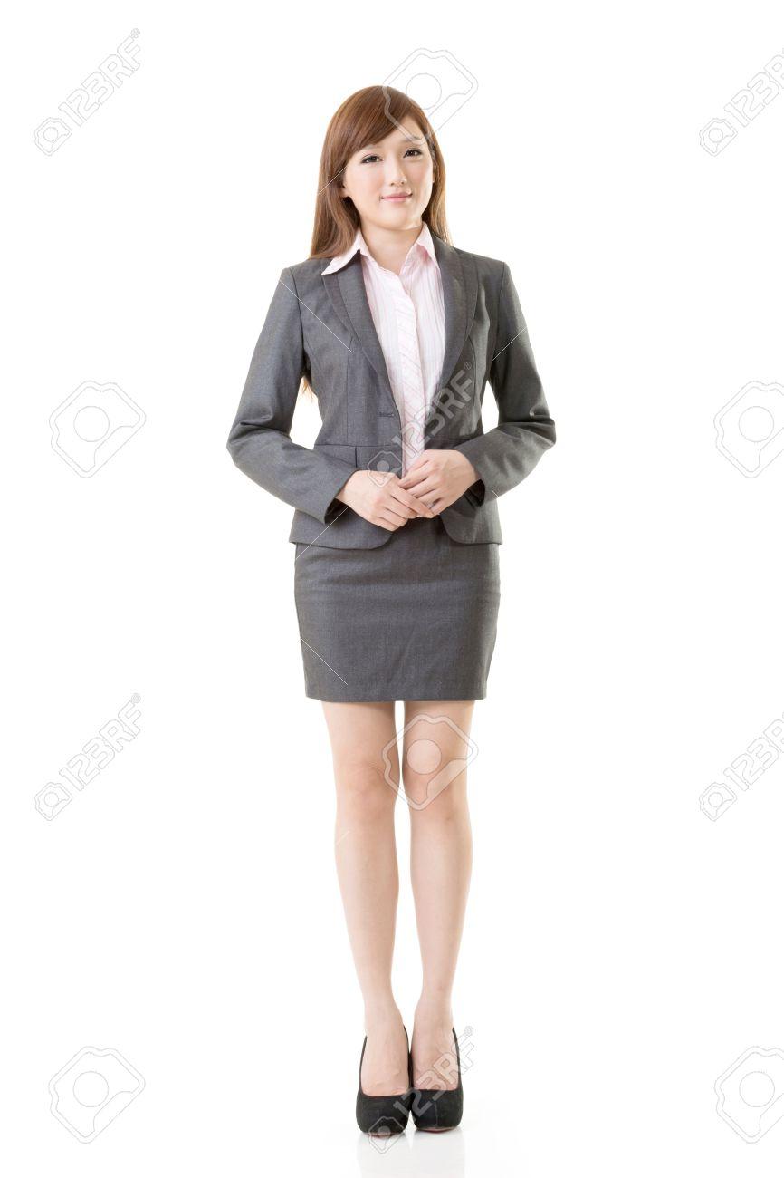 Portrait en pied de femme d'affaires asiatiques porter tailleur jupe, isolé sur fond blanc.