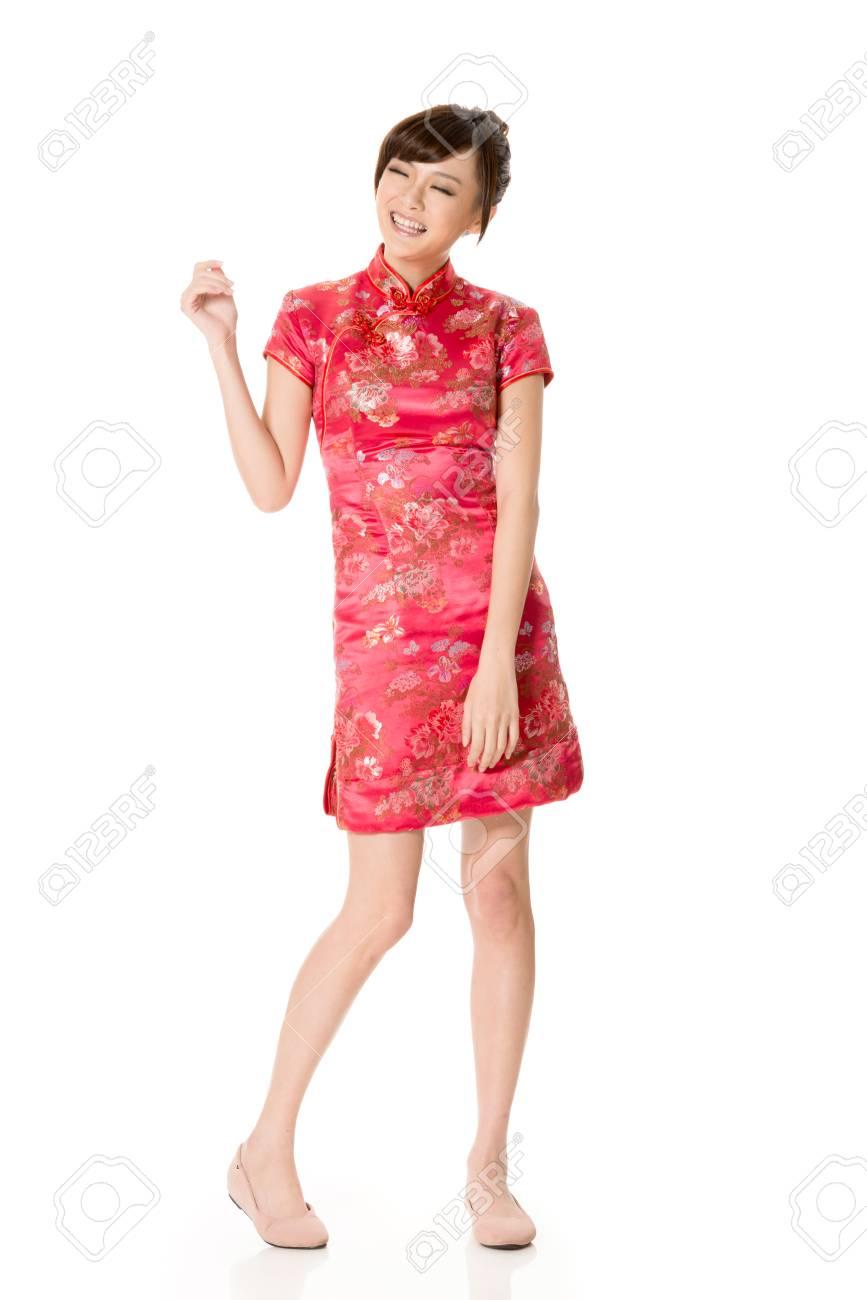 wholesale dealer d64de a3a48 Sorridente cinese cheongsam vestito tradizionale della donna a Capodanno,  girato in studio isolato su sfondo bianco.