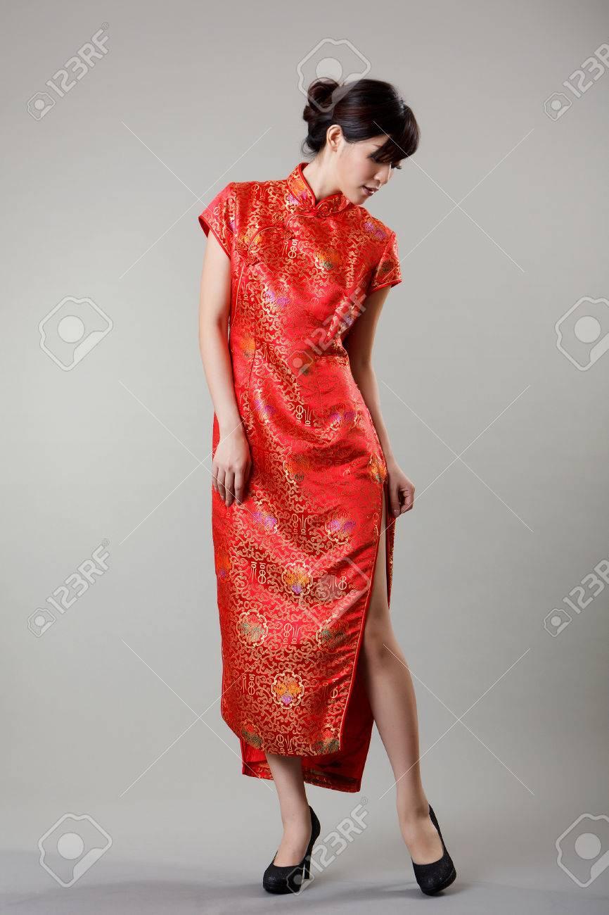 regarder f8ad5 1d6cb Robe chinoise femme n vêtements traditionnels, cheongsam, pleine longueur  en studio.