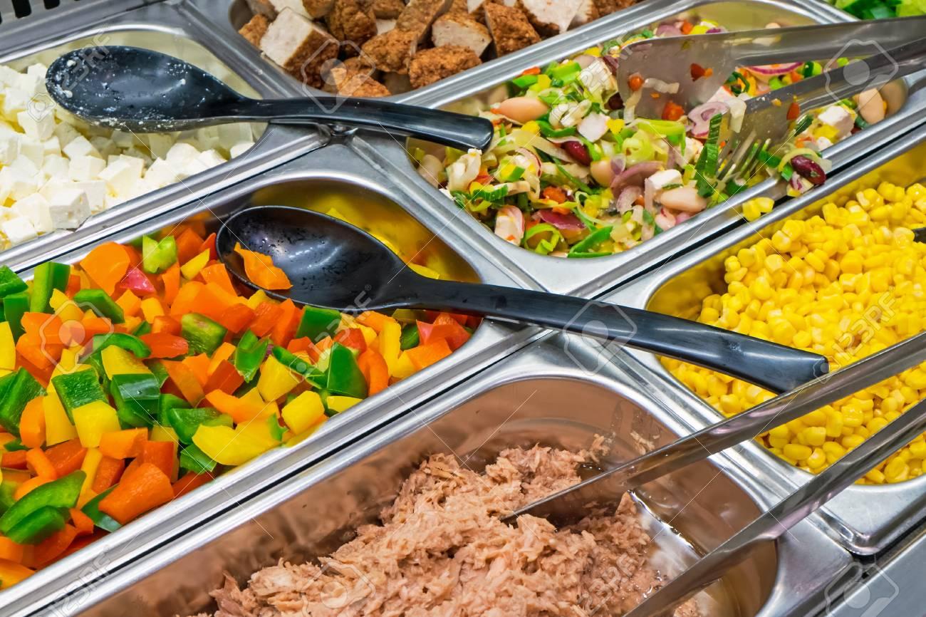 Buffet Di Insalate Miste : Varietà di insalata a buffet foto royalty free immagini immagini