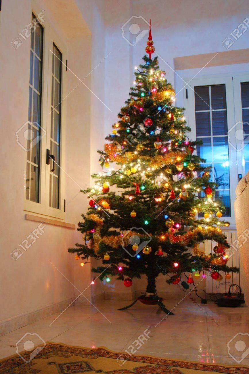 Weihnachtsbaum Geschmückt Durch Das Fenster Lizenzfreie Fotos ...