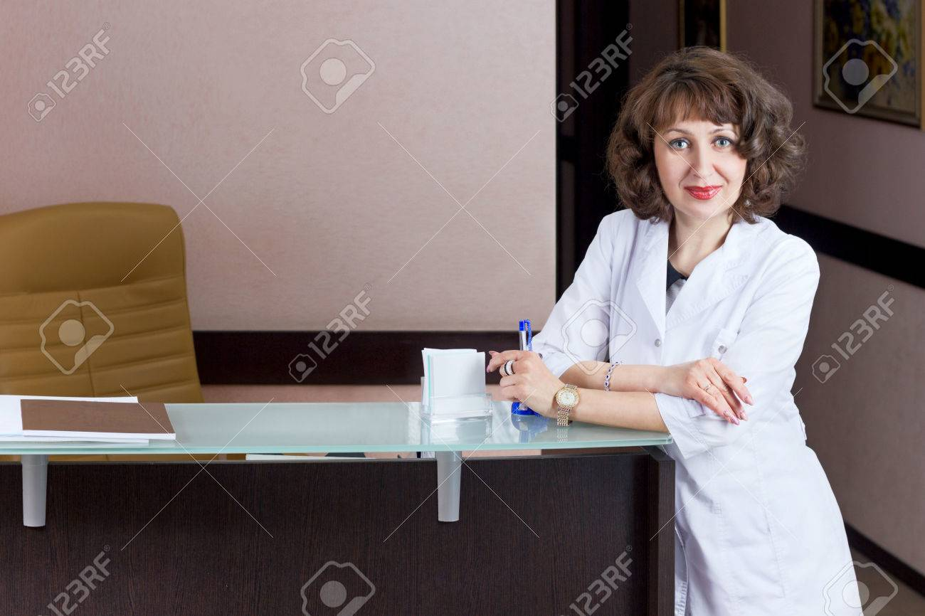 Belle réception fille bureau réceptionniste travail professionnel