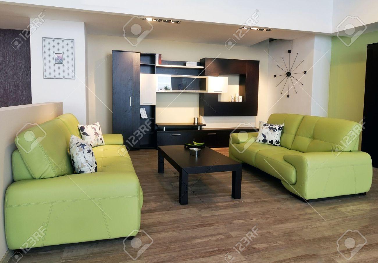 Een beeld van een moderne woonkamer, met bruine tafel en groene ...