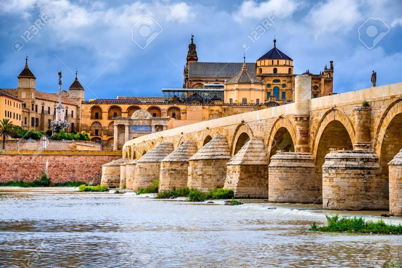 Cordoue Espagne Andalousie Pont Romain Sur Le Fleuve Guadalquivir Et La Grande Mosquee Cathedrale Mezquita